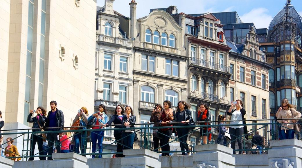 Kunstberg toont een stad en historische architectuur en ook een grote groep mensen
