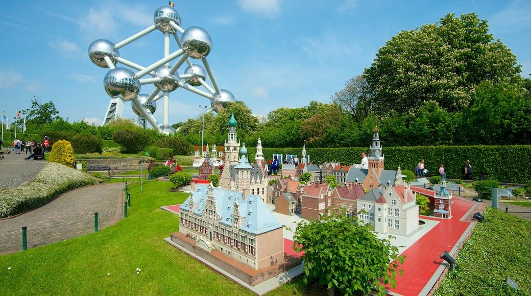 Mini-Europe mostrando giro, arte urbana e giardino