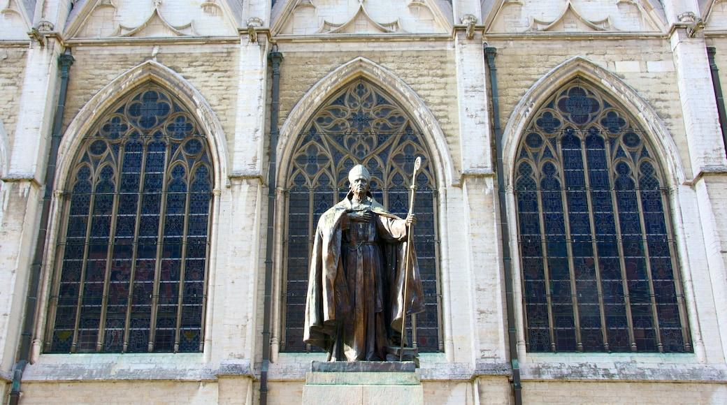Kathedrale St. Michael und St. Gudula welches beinhaltet historische Architektur, Kirche oder Kathedrale und Statue oder Skulptur
