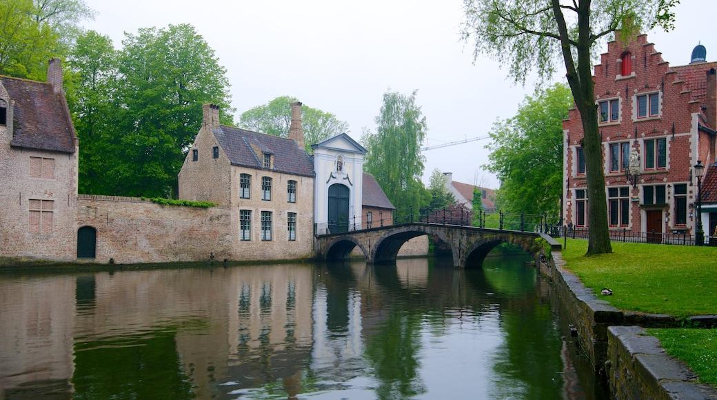Minnewater toont een brug, een klein stadje of dorpje en historische architectuur