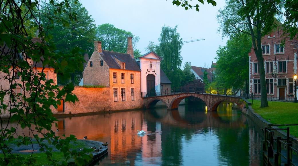 Begijnhof mettant en vedette patrimoine architectural, rivière ou ruisseau et petite ville ou village