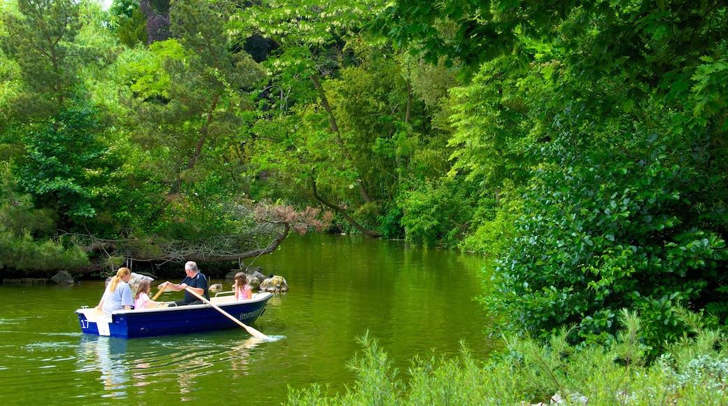 Jardines Palmengarten mostrando un río o arroyo, embarcaciones y un parque