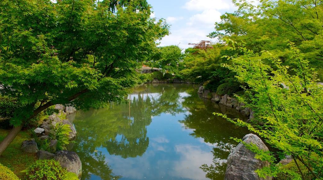 วัด Toji ซึ่งรวมถึง องค์ประกอบด้านศาสนา, บ่อน้ำ และ สวนสาธารณะ