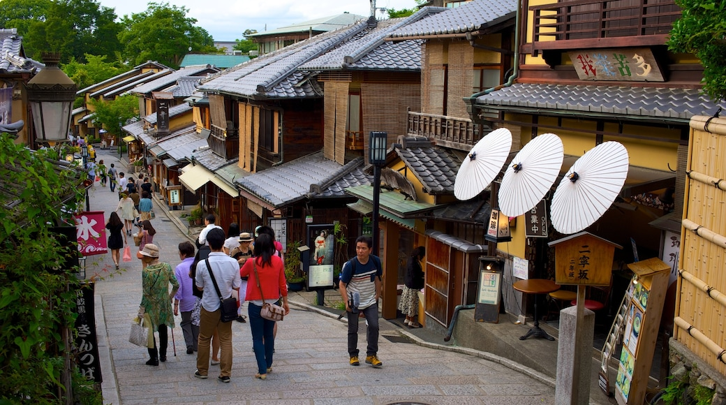 Kyōto which includes street scenes and a small town or village as well as a small group of people