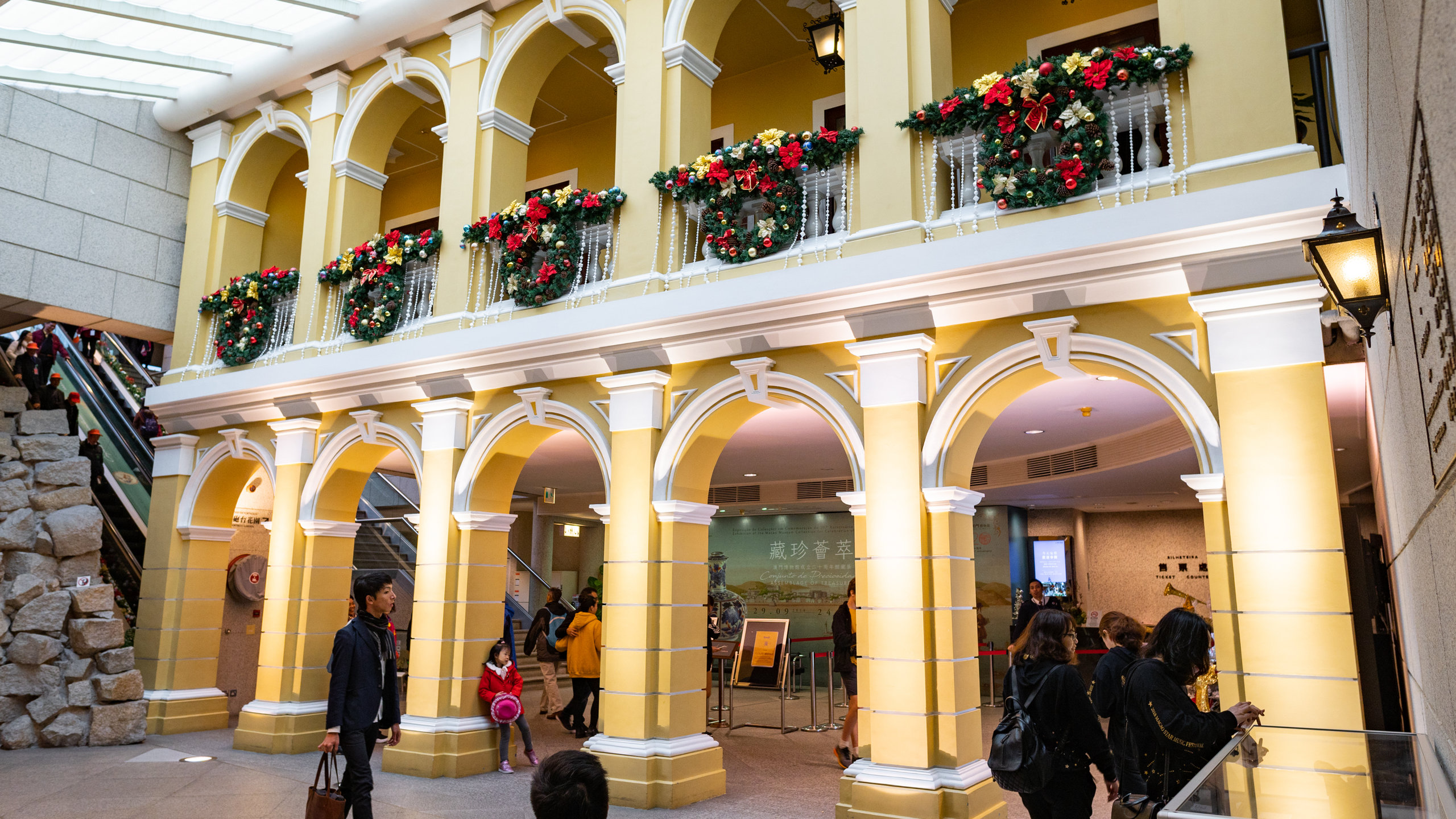 Anda dapat mencari tahu mengenai pameran di Museum Makau, museum yang memiliki kisah sejarah, selama perjalanan Anda ke Pusat Sejarah Macau. Jelajahi pilihan hiburan dan kasino di area kaya budaya ini.