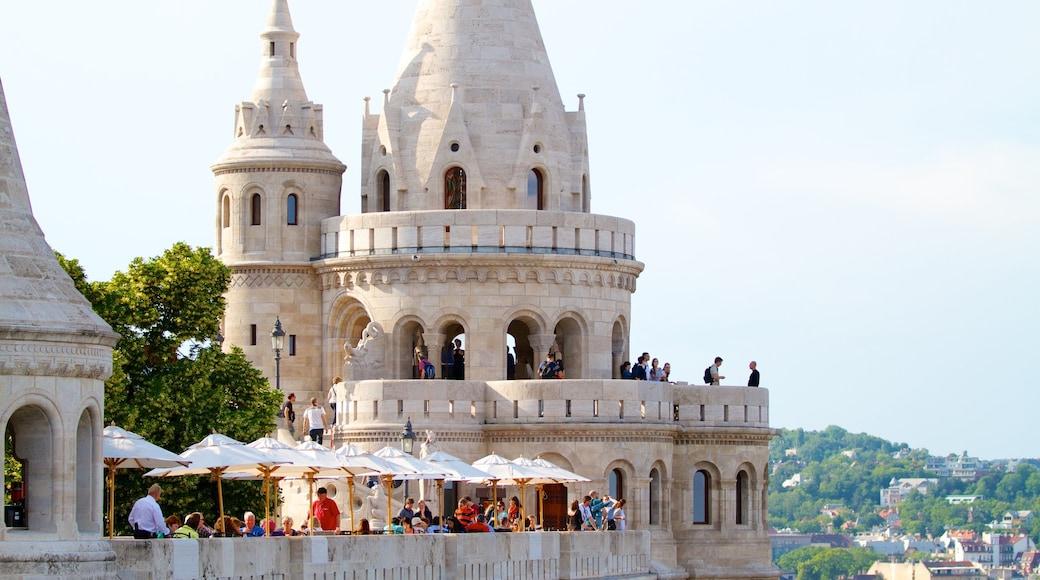 Burgpalast mit einem Palast oder Schloss sowie große Menschengruppe