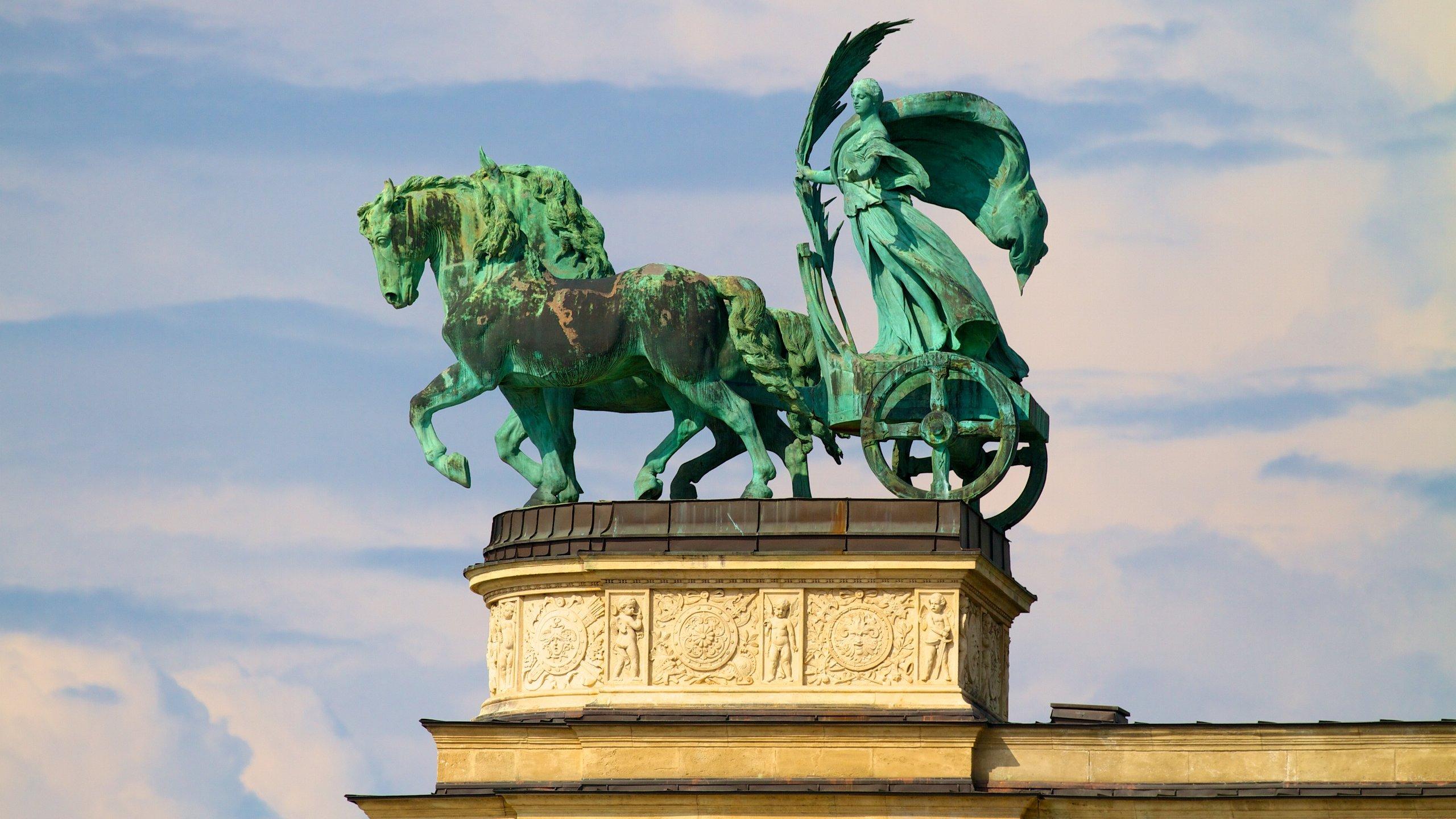 Hongarije is trots op zijn duizendjarig bestaan als land en toont dit met een groot plein en monumenten voor helden uit het verleden.
