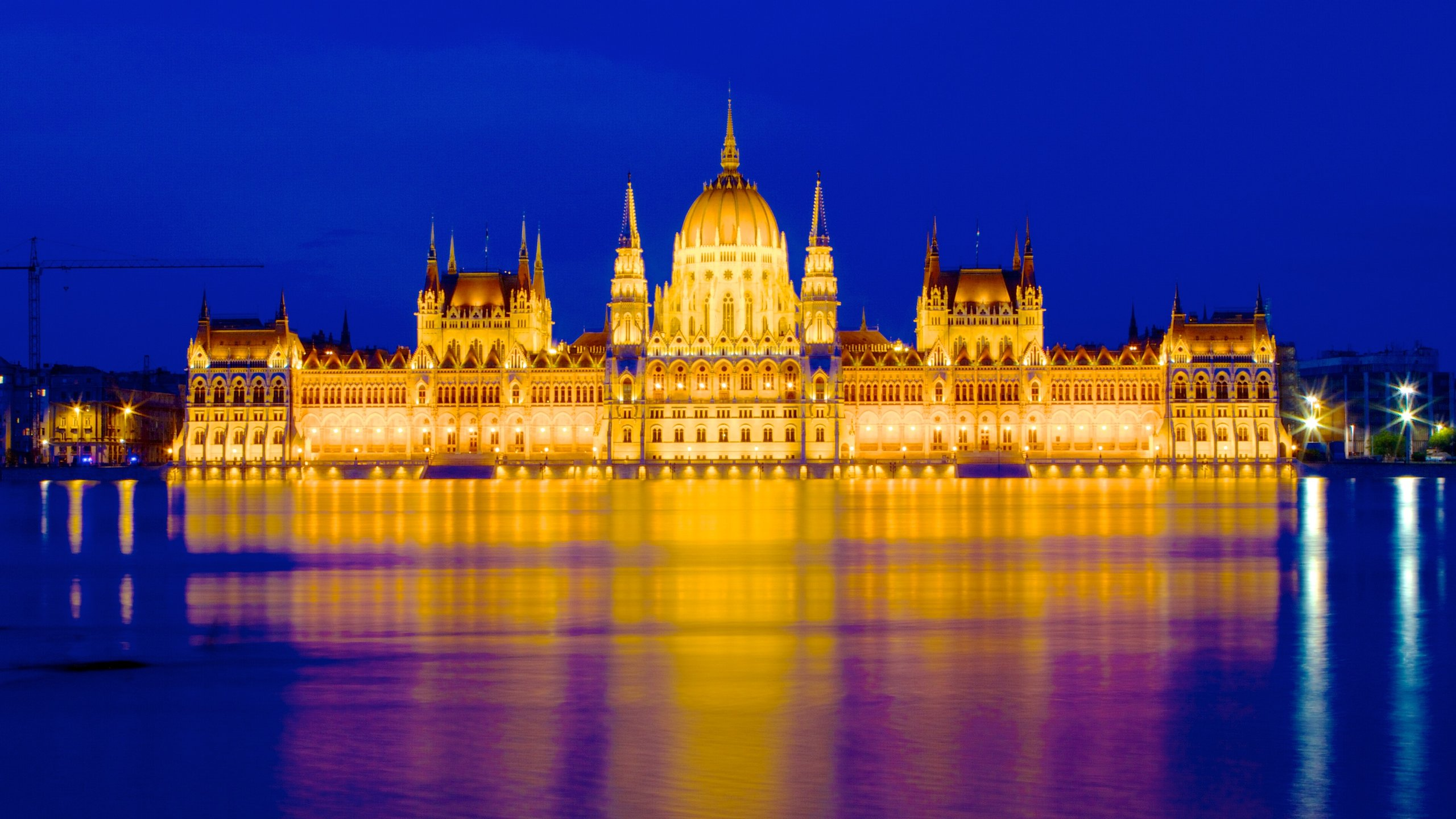 Bewonder het enorme gebouw van de democratische regering van Hongarije en zie hoe het parlementsgebouw wordt weerspiegeld in de Donau.
