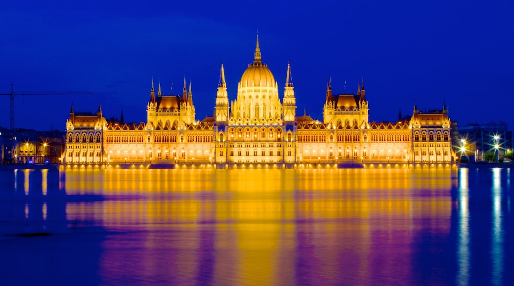 Parliament Building which includes an administrative building, night scenes and a city