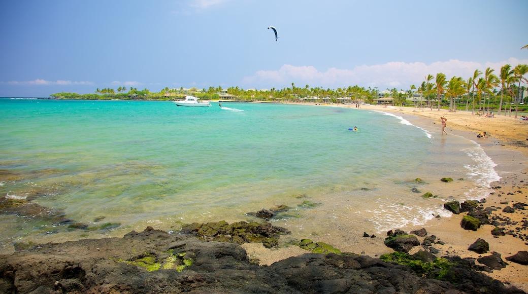 Hawai mostrando una playa de guijarros, kite surfing y vistas de paisajes