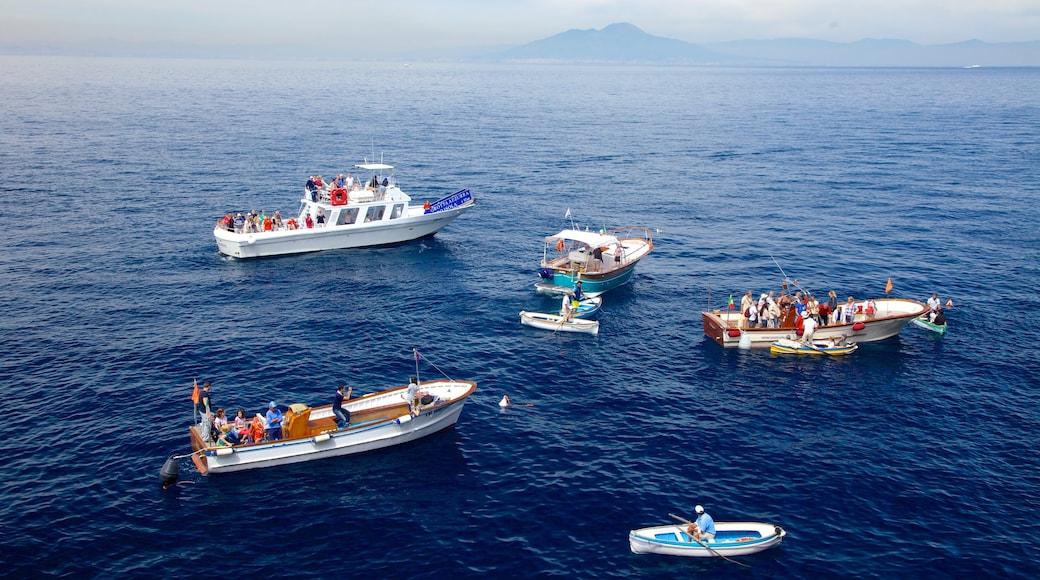Blue Grotto 其中包括 綜覽海岸風景 和 划船 以及 一大群人