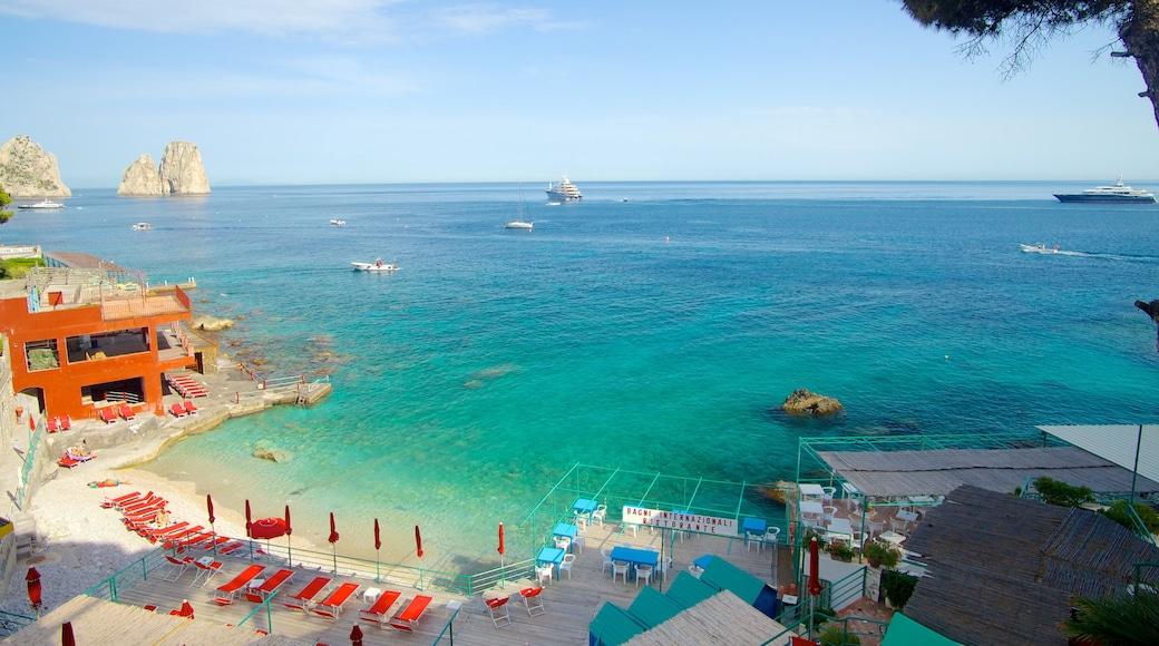 Marina Piccola mostrando vistas, una playa de arena y una localidad costera
