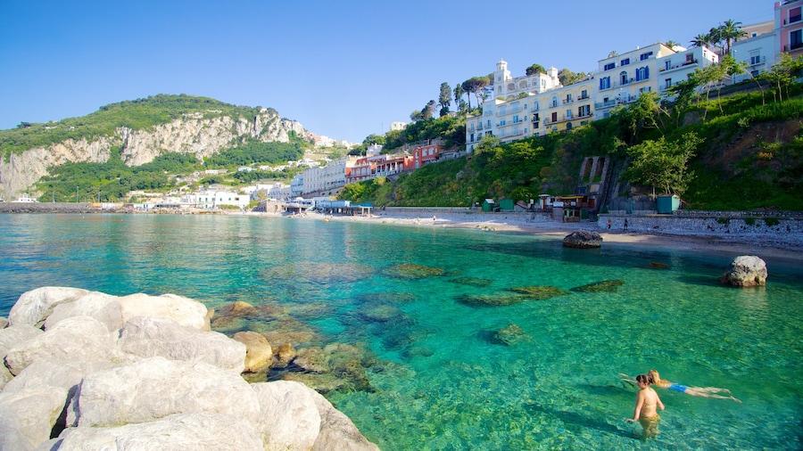 Capri bevat een kuststadje, zwemmen en rotsachtige kustlijn