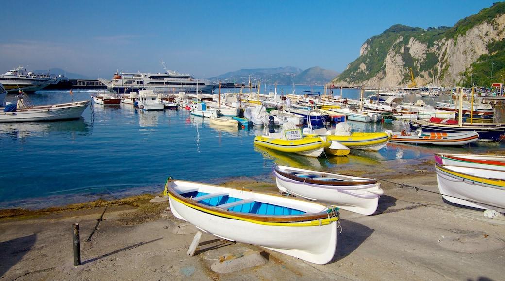 Isla Capri ofreciendo embarcaciones, una localidad costera y un puerto deportivo