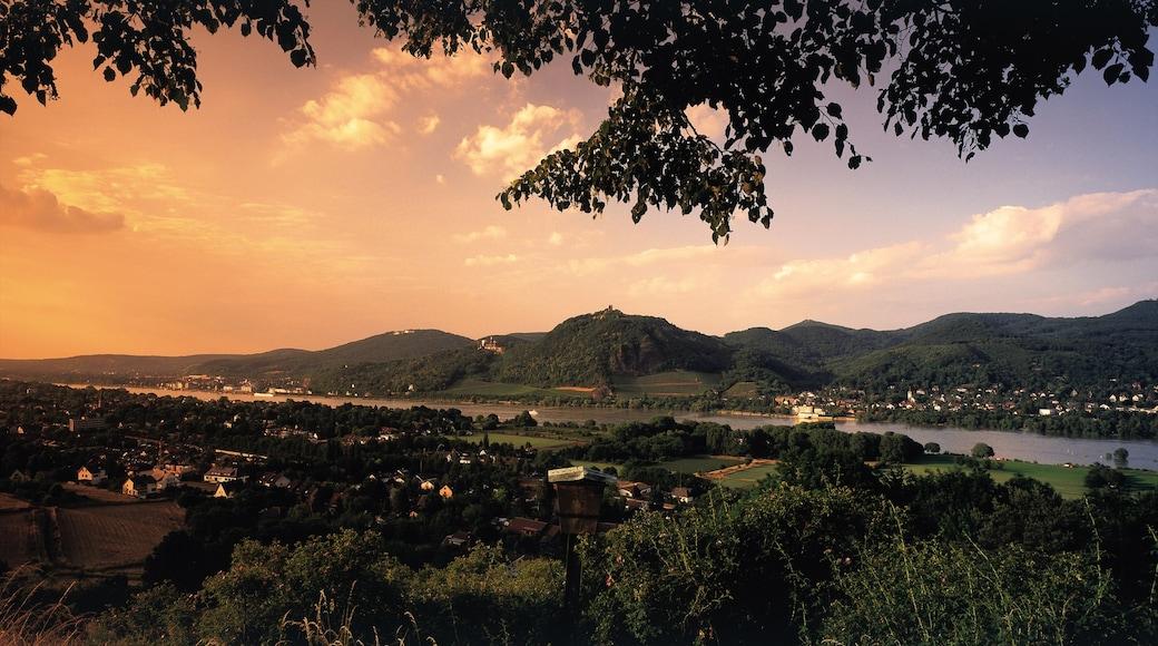 Königswinter mit einem Fluss oder Bach, Sonnenuntergang und Berge