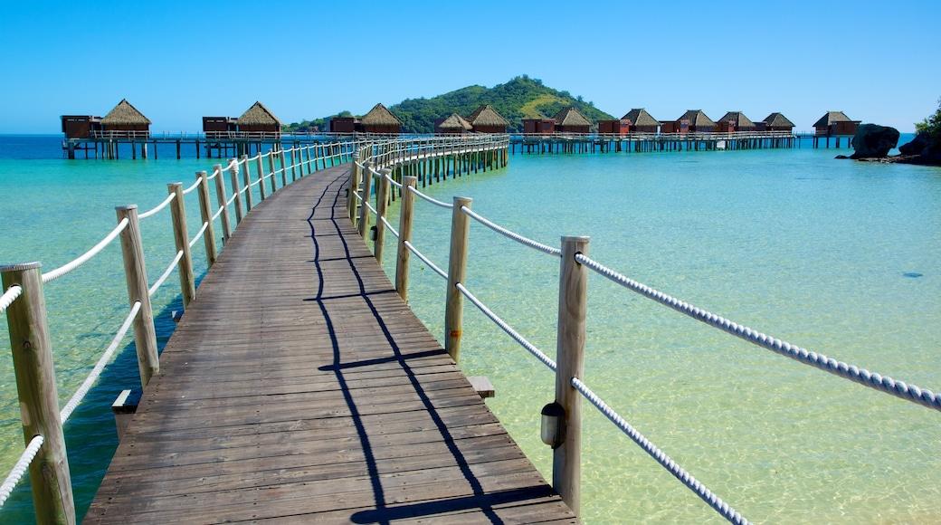 Fiji mostrando vistas de una isla, un hotel o resort de lujo y vistas