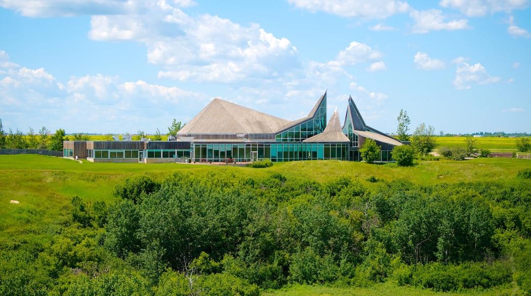 Saskatoon ofreciendo patrimonio de arquitectura y un jardín