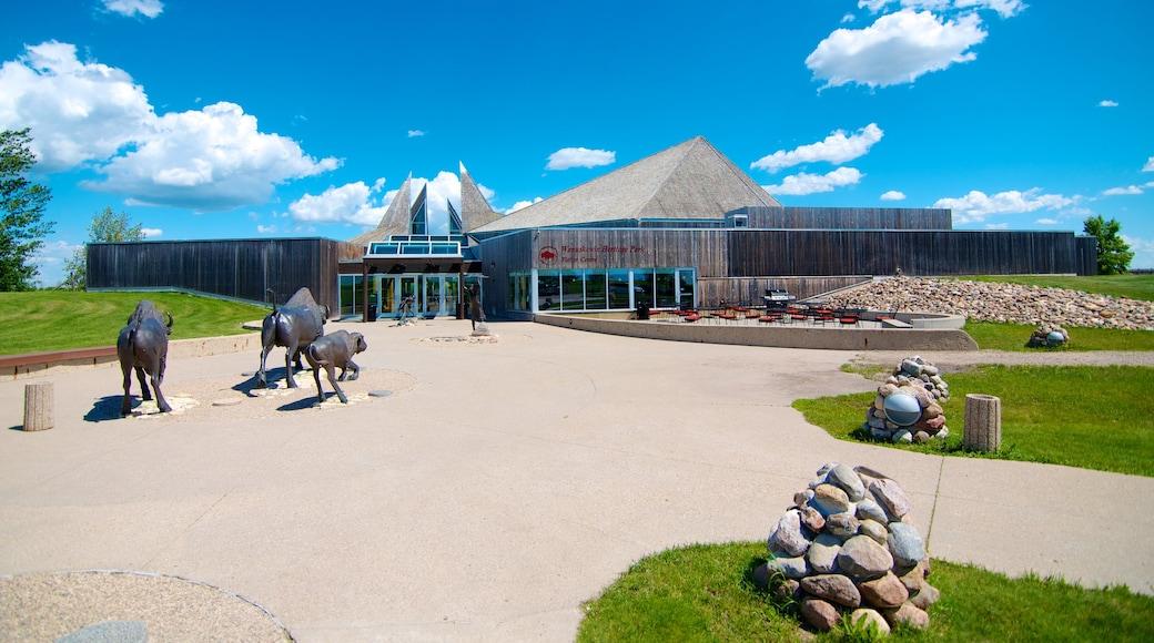 Saskatoon mostrando un jardín y una estatua o escultura