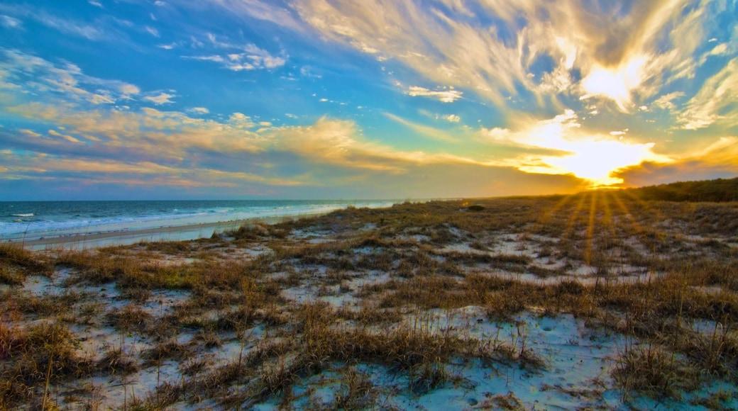 Parque Estatal de Huntington Beach mostrando un atardecer, una playa y vista panorámica