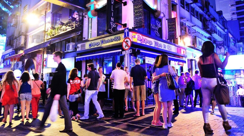 蘭桂坊 呈现出 夜景 和 夜生活 以及 一大群人