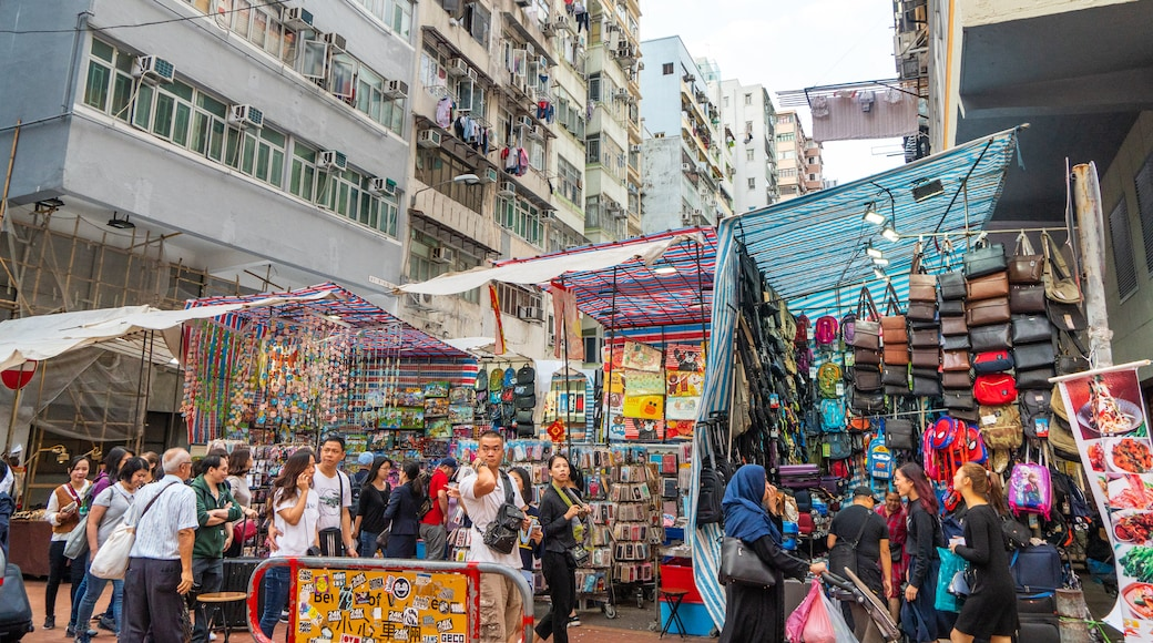 Mong Kok showing a city, street scenes and markets