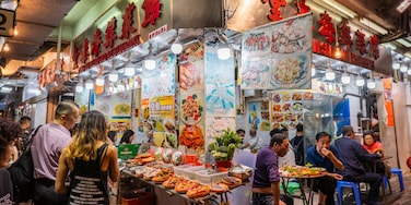 Temple Street Night Market showing food and markets