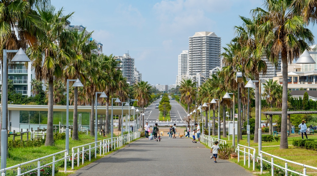 Urayasushi Park showing a city and a garden