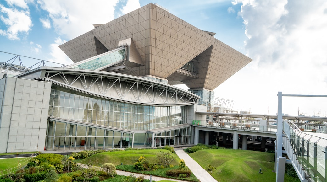 Tokyo Big Sight showing a garden and modern architecture