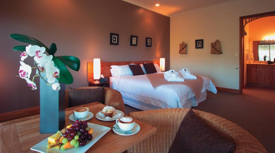 Karikari Peninsula showing interior views, food and a hotel