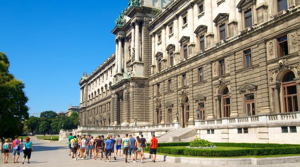 Keizerlijk paleis Hofburg toont historische architectuur, een plein en kasteel of paleis