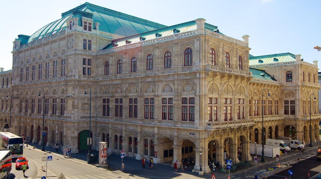 Wiener Staatsoper welches beinhaltet Stadt, historische Architektur und Straßenszenen