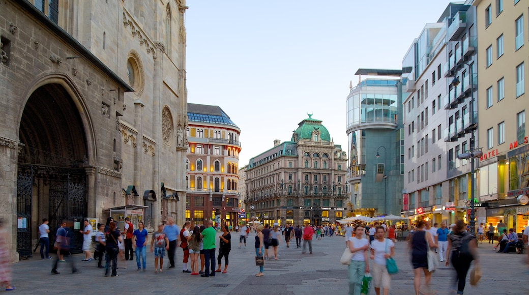 Stephansplatz das einen Straßenszenen, Platz oder Plaza und Stadt