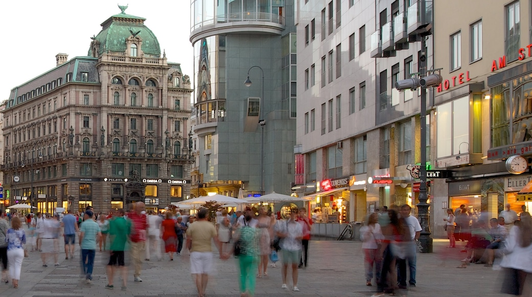 Stephansplatz mit einem Stadt, Platz oder Plaza und Straßenszenen