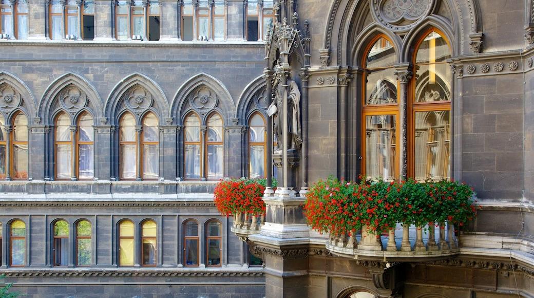 Wiener Rathaus toont bloemen, een overheidsgebouw en een stad
