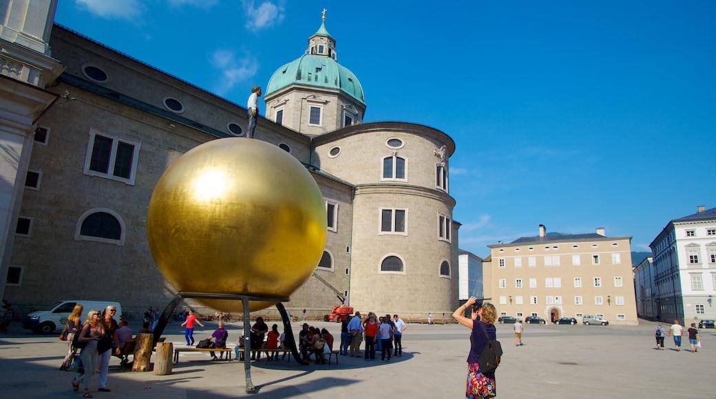 Salzburger Dom welches beinhaltet Platz oder Plaza, Outdoor-Kunst und Kirche oder Kathedrale
