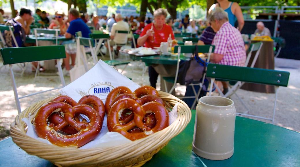 Augustiner-Brauerei welches beinhaltet Speisen und Essen im Freien sowie große Menschengruppe