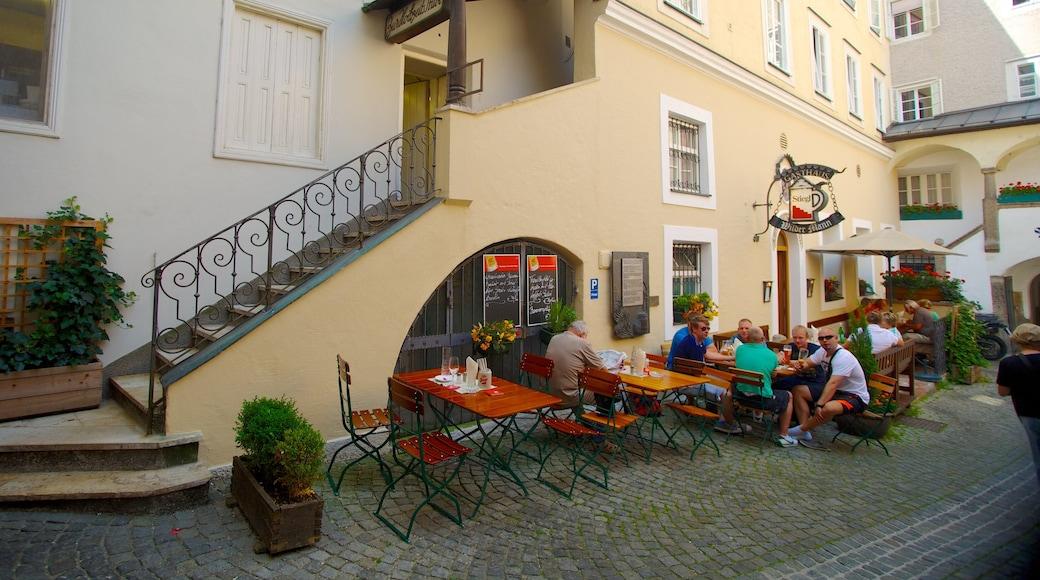 Getreidegasse das einen Essen im Freien, Café-Szenerien und Straßenszenen