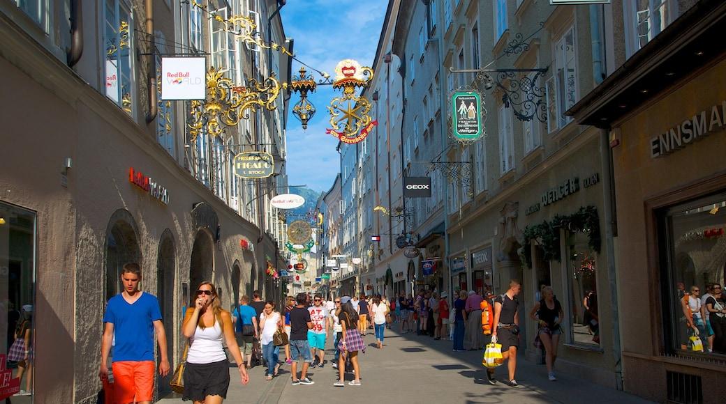 Getreidegasse welches beinhaltet Stadt, Beschilderung und Straßenszenen