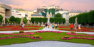 Schloss Mirabell  und Garten welches beinhaltet Burg, Blumen und Garten