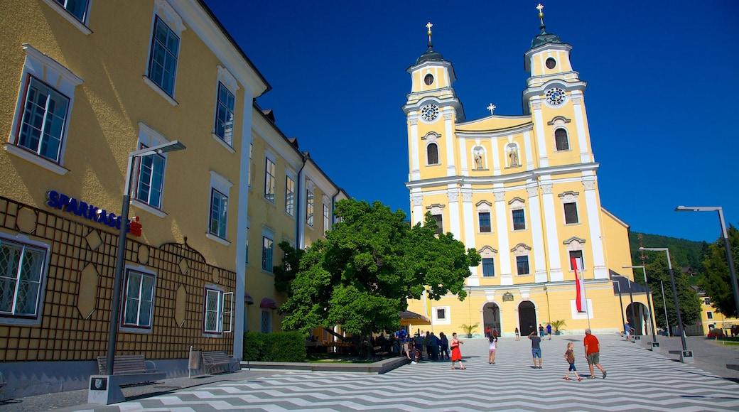 Mondsee mit einem Kirche oder Kathedrale, Stadt und Platz oder Plaza