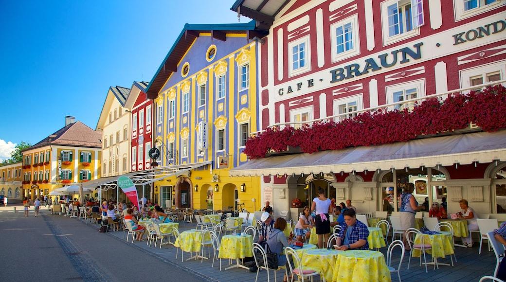 Mondsee das einen Straßenszenen, Essen im Freien und Café-Szenerien
