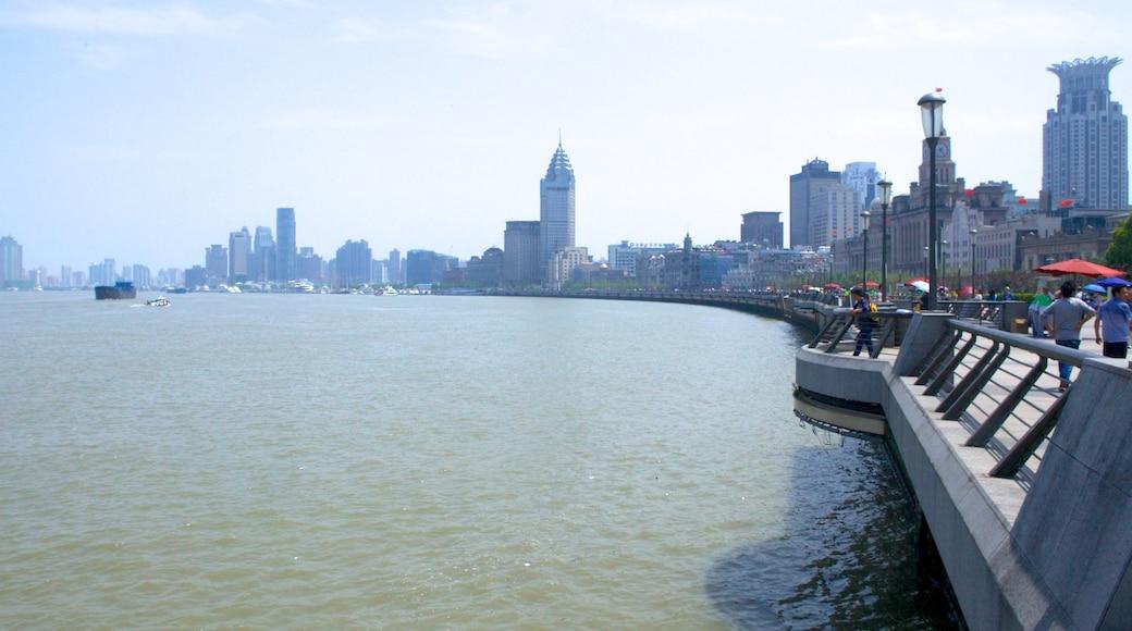 El Bund que incluye un edificio alto, vistas y un río o arroyo