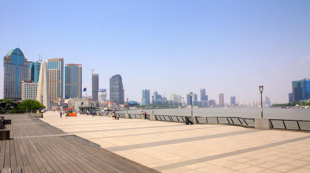 El Bund que incluye vistas panorámicas, un edificio alto y arquitectura moderna