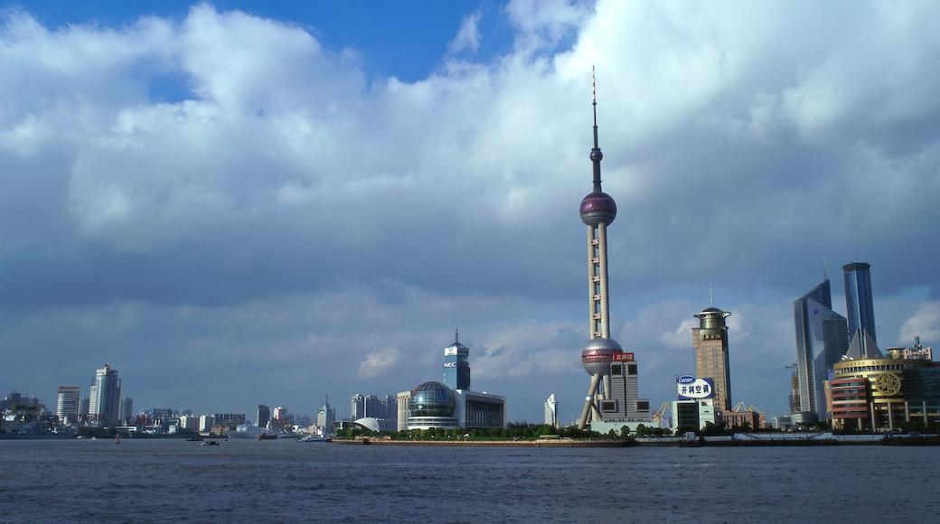 Torre de la Perla Oriental ofreciendo arquitectura moderna, un edificio alto y una ciudad