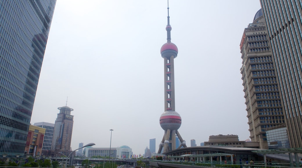 Torre de la Perla Oriental mostrando un edificio alto, una ciudad y vistas de la ciudad