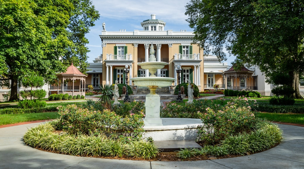 Belmont Mansion showing a fountain, heritage architecture and a park