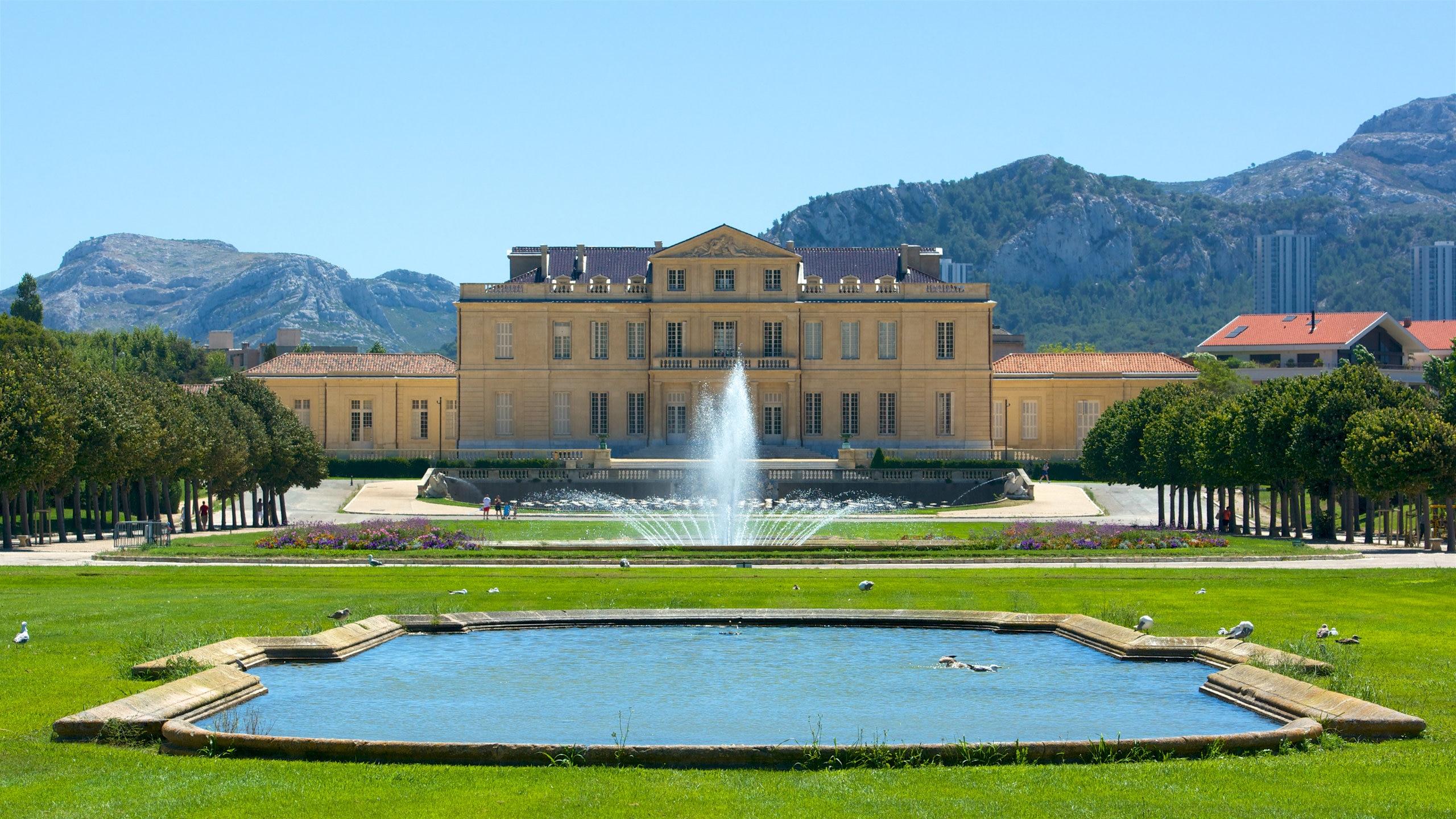 Laissez-vous séduire par les senteurs florales, l'architecture classique et les trésors cachés du parc préféré des Marseillais qui est aussi l'un des plus remarquables de France.
