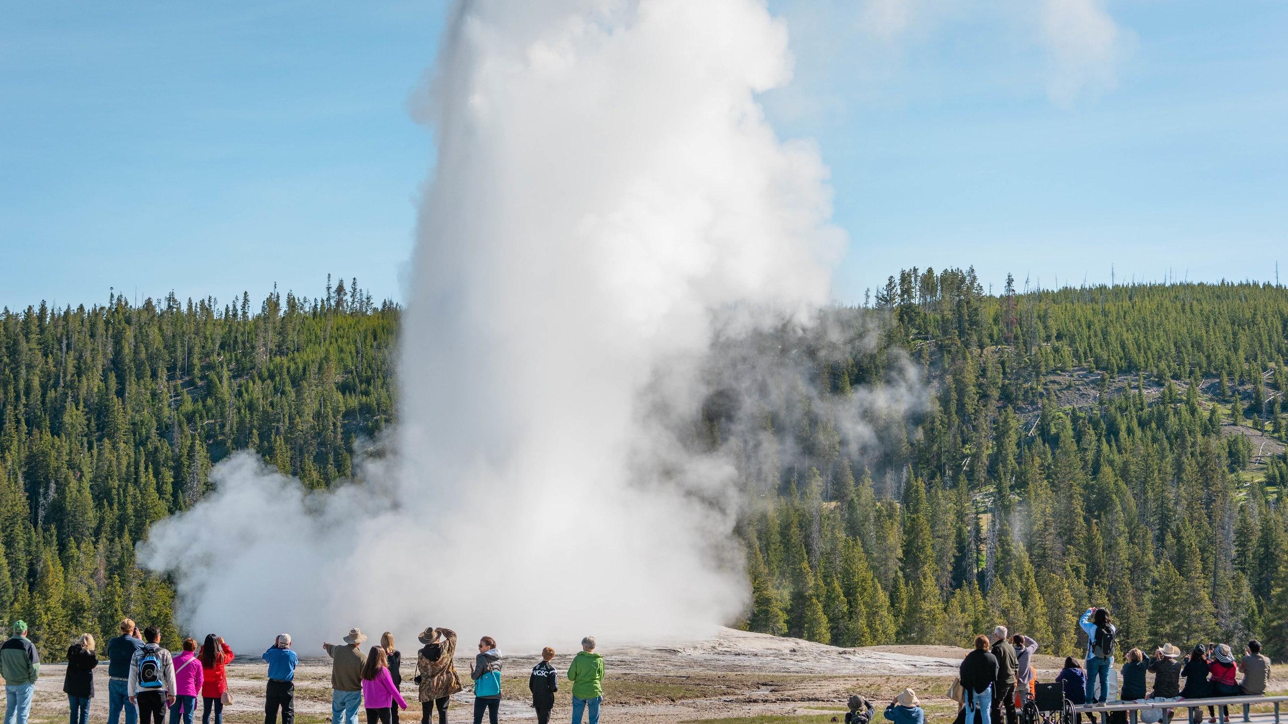 Werden Sie eins mit der Natur und erkunden Sie die reizvolle Umgebung von Old Faithful während Ihres Urlaubs in Yellowstone Nationalpark. Machen Sie einen Spaziergang im Park oder entdecken Sie die Gletscher in der Gegend.