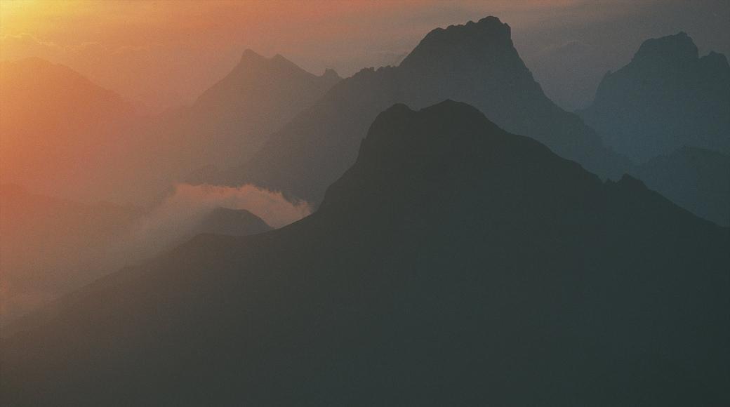 Lech am Arlberg welches beinhaltet Berge, Nebel und Sonnenuntergang