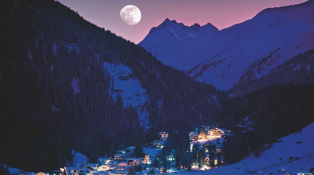 Lech am Arlberg mit einem Kleinstadt oder Dorf, bei Nacht und Berge